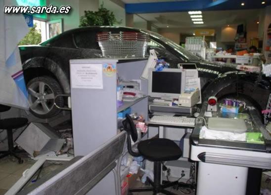accidente y coche dentro de la tienda