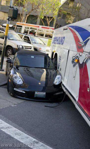 accidente coche deportivo autobus