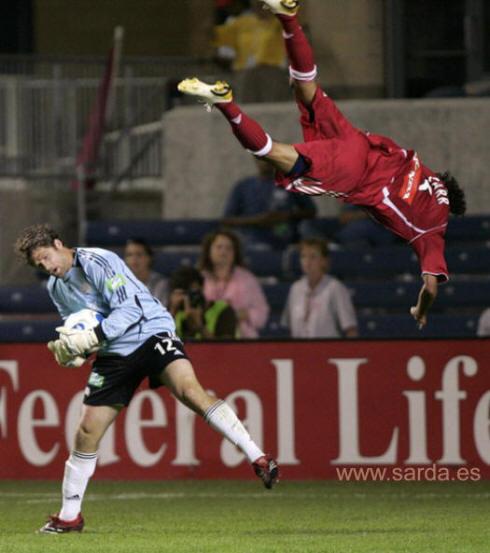 futbolistas volando (click para ampliar y ver todas las fotos)