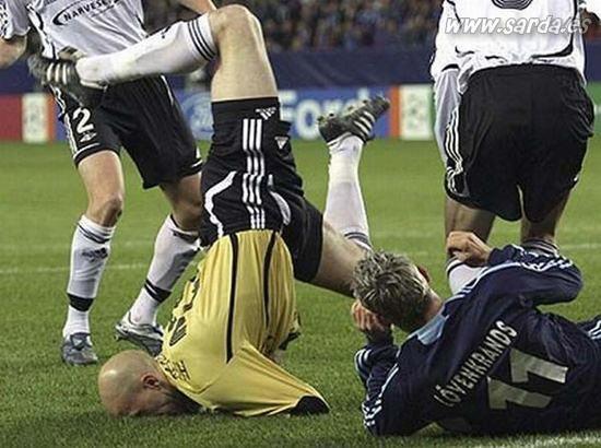 Futbolistas mordiendo la hierba