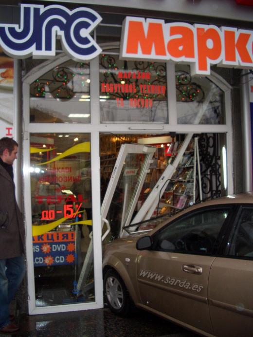 coche dentro de la tienda