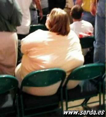 rellenita ocupando mas de un asiento...
