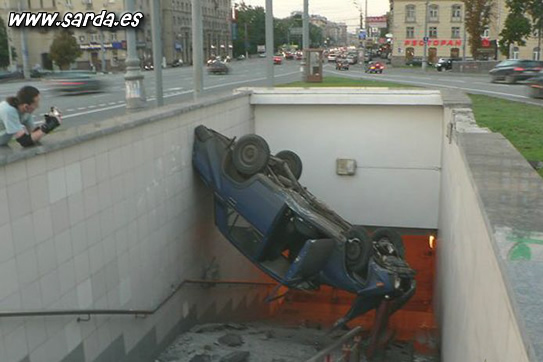 accidentes de coches, caido por el hueco