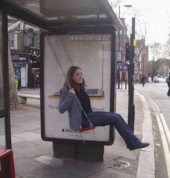 Invento original y curioso en la parada del bus