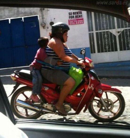 Nene seguro en la super moto